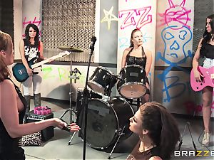 Mean rock supersluts Bonnie Rotten and Tory Lane