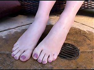 sizzling sizzling Kagney Karter plays with her scorching toes