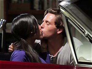 Chloe Amour penetrates in her boyfriends new car