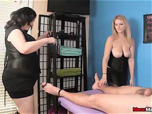 customer Shocks To watch The sexy blond massagist