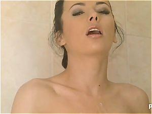 rapid fingerbang under the shower